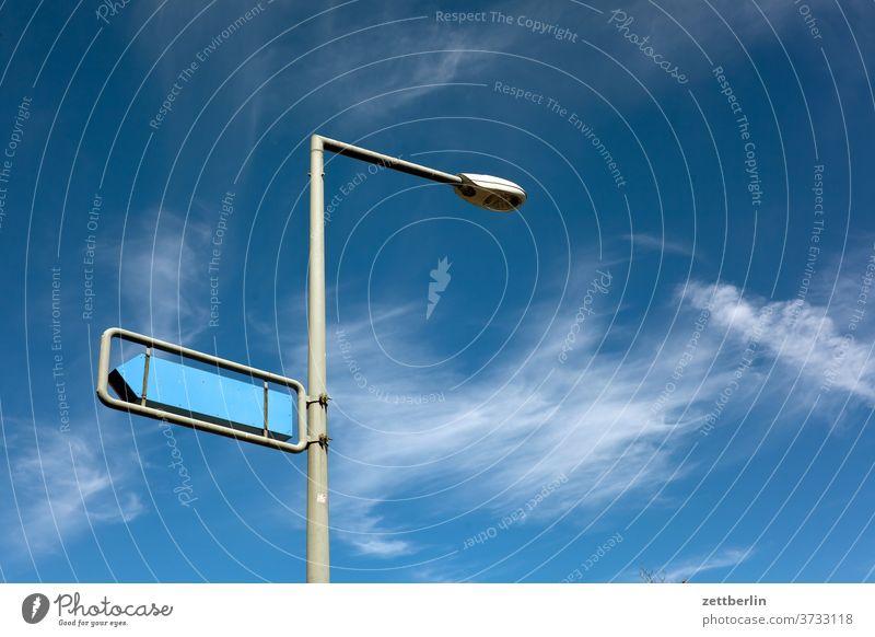 Wegweiser mit Laterne laterne straßenlaterne lampe leuchte wegweiser schild hinweis hinweisschild richtung pfeil orientierung himmel wolken wetter navigation