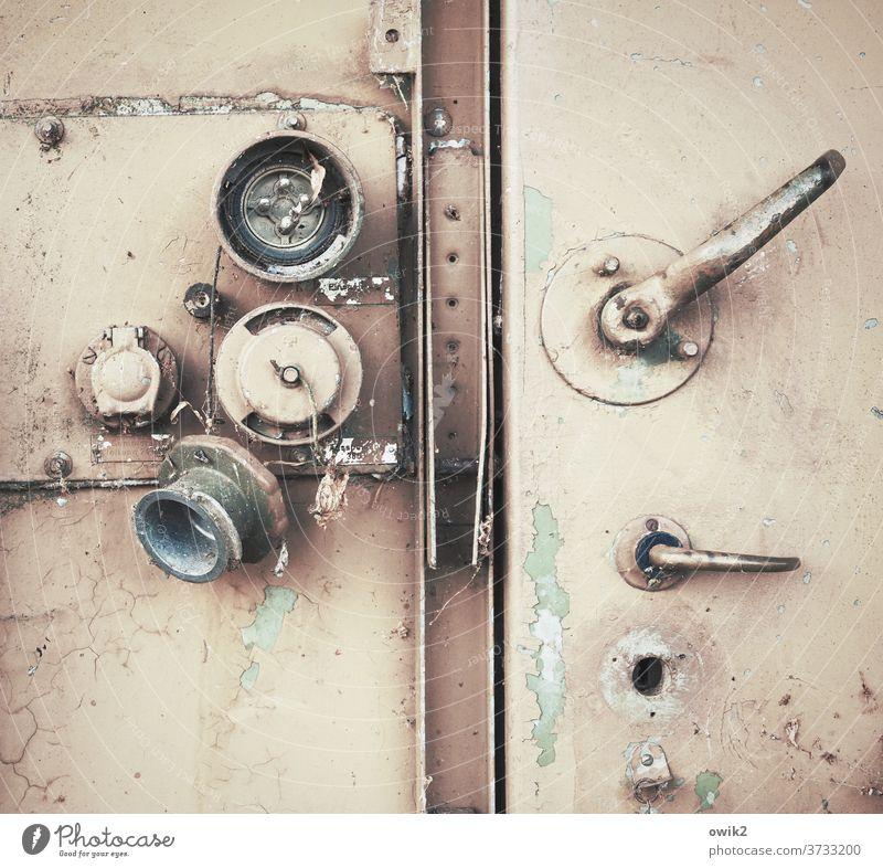 Schlüssel verlegt Tür Metalltür geschlossen alt Hebel Schließmechanismus Außenaufnahme Nahaufnahme Detailaufnahme Menschenleer Textfreiraum oben Farbfoto Griff