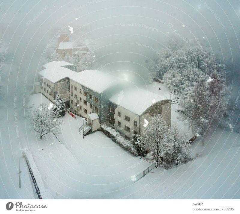 Verschwommene Aussicht Winter Schneefall Schönes Wetter Landschaft Haus Baum Frost fallen Außenaufnahme Menschenleer Textfreiraum oben Textfreiraum unten