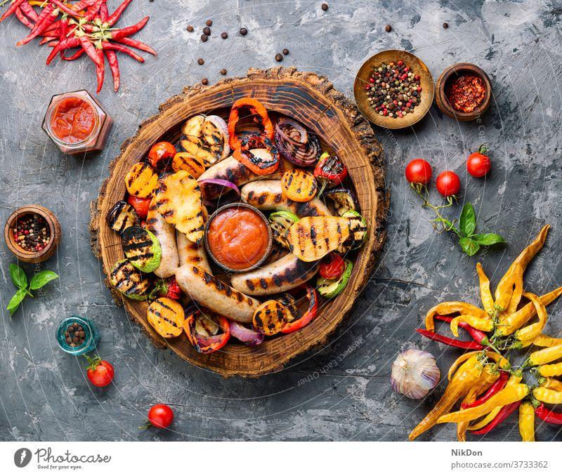 Grillwürste mit Gemüse Wurstwaren gegrillt Barbecue Deutsch frankfurter Grillrost grillen gebraten Fleisch Birne Herbst Herbstessen Rindfleisch Braten Picknick
