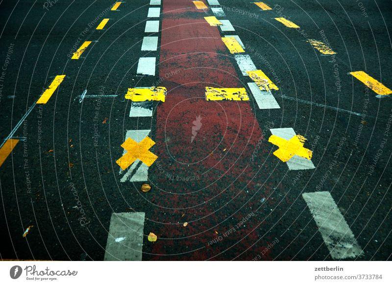 Fahrbahnmarkierung abbiegen asphalt ecke fahrbahnmarkierung fahrrad fahrradweg hinweis kante kurve linie links navi navigation orientierung pfeil radfahrer