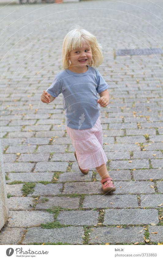 Fang mich doch... Kind Mädchen klein Kleinkind Mensch Freude niedlich Kindheit 1 Spielen Aktion Glück spass spaßig Spaß haben spielerisch Kopfsteinpflaster