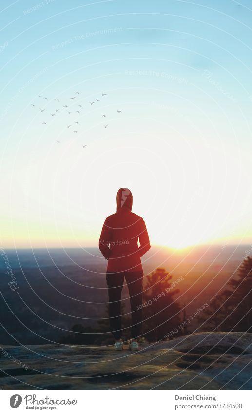 Sonnenaufgang auf dem Berg Morgendämmerung Wolken Licht Berge u. Gebirge Landschaft Sonnenlicht Himmel Natur Ferien & Urlaub & Reisen Tourismus Abenteuer