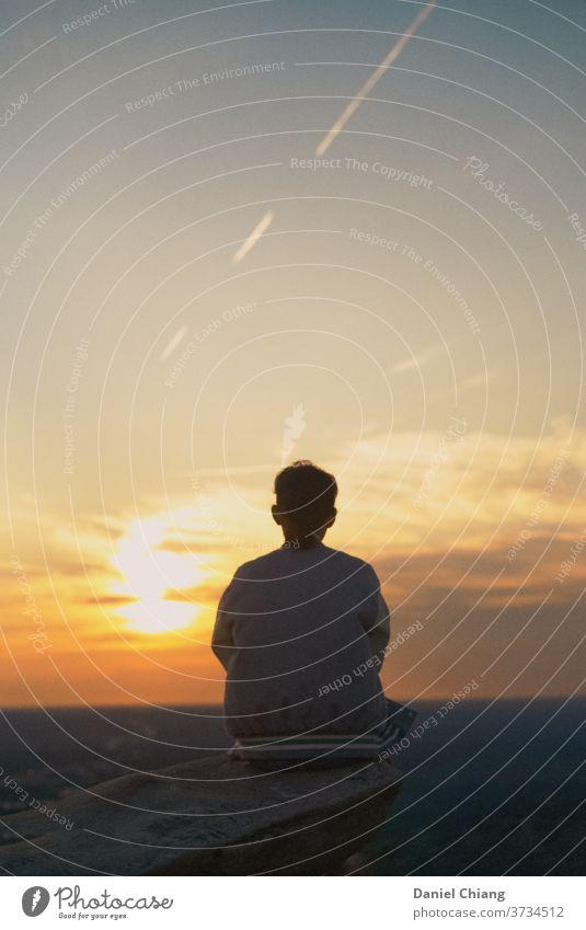 Mädchen ist zurück mit Sonnenaufgang Sonnenaufgang - Morgendämmerung Himmel Berge u. Gebirge Wolken Licht Ferien & Urlaub & Reisen Landschaft Natur Sonnenlicht
