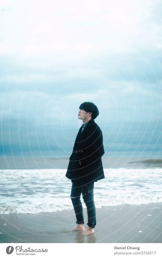 Ein Typ, der weit weg schaut Strand Asien Meer blau Wasser Ferien & Urlaub & Reisen Windstille Küste Außenaufnahme wolkig Wolken Erholung zyan einsam Himmel