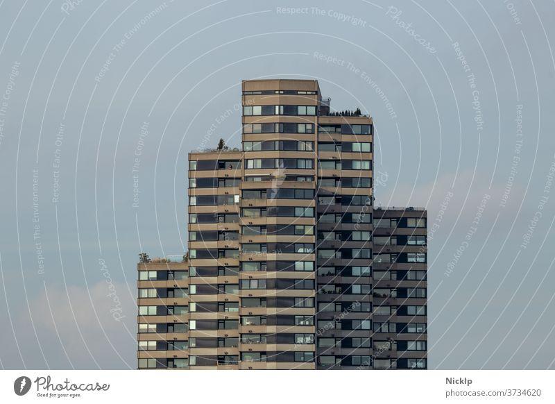 frontaler Blick auf Hochhausfassade (Wolkenkratzer) Wohnraum Hochhäuser mietshaus Miete Architektur Himmel Skyline Gebäude modern wohnen Großstadt Stadt Balkon