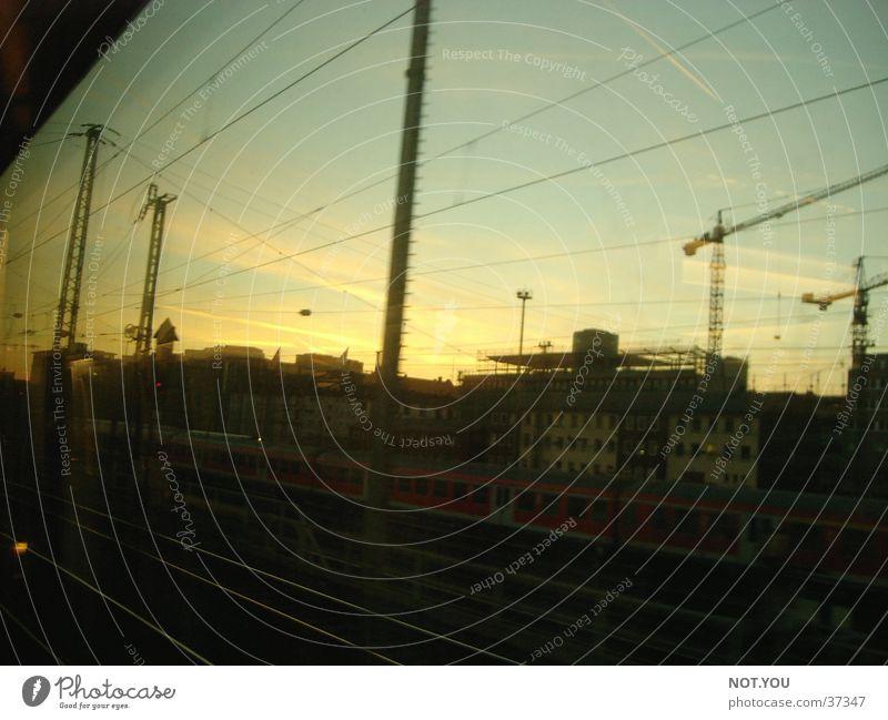Eisenbahn Geschwindigkeit Sonnenaufgang Stadt unterwegs Verkehr