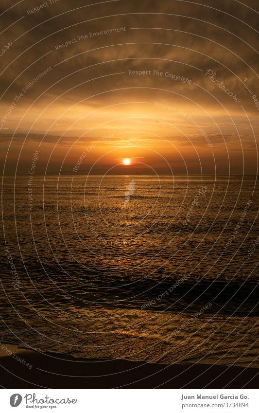 Ein atemberaubender Blick auf ein Meer bei orangefarbenem Sonnenuntergang Wasser MEER Himmel Natur Strand Cloud Licht Küste Sonnenlicht Horizont winken