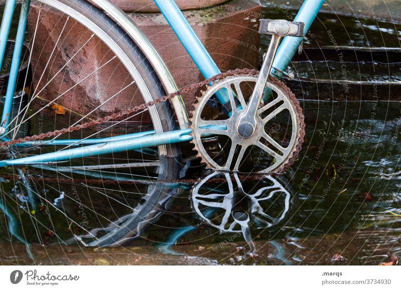 Wasserfahrrad Reflexion & Spiegelung Fahrrad blau Mobilität alt Verkehrsmittel Fahrradfahren dunkel