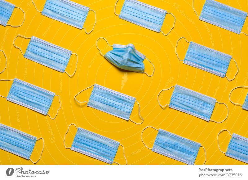 Medizinische Masken isoliert auf gelbem Hintergrund. Muster von Schutzmasken obere Ansicht Air Vermeidung blau Atem Pflege Sauberkeit Konzept Korona Coronavirus