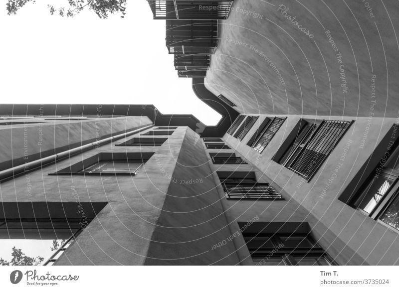 Hinterhof Berlin 3.0 Prenzlauer Berg 2020 Menschenleer Stadt Tag Hauptstadt Stadtzentrum Außenaufnahme Altstadt Haus Fenster Altbau Bauwerk Gebäude Fassade