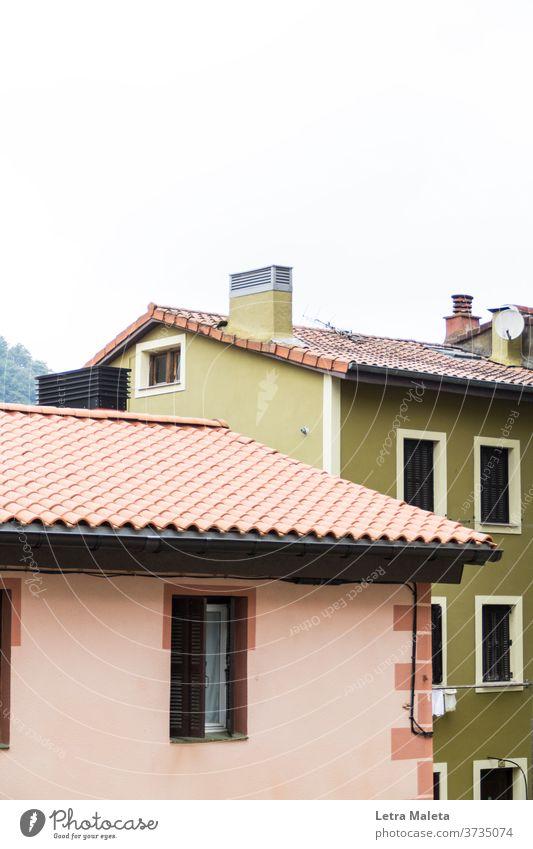 farbenfrohe häuser im norden spaniens Häuser rosa Haus rosa Wand Gewächshaus grüne Wand Fenster Stadthaus buntes Haus Dach Dächer Spanien Pais Vasco