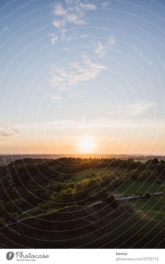 Sonnenuntergang über Wald Gegenlicht Himmel Weite Ruhe Idylle Wolken warm grün blau leuchten schön Naturschönheit draußen Schönes Wetter Licht Sonnenlicht