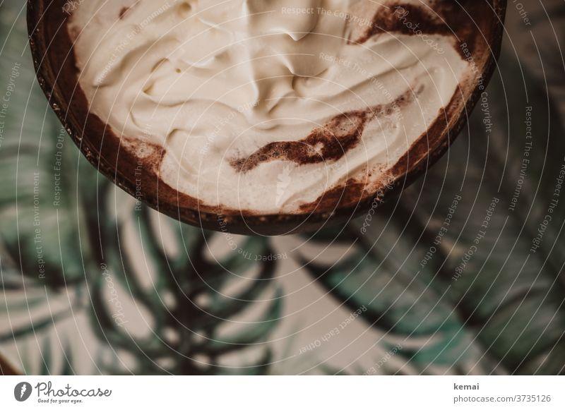 Heiße Schokolade mit Sahne Tasse Tisch Vogelperspektive Draufsicht lecker warm Herbst Kakao heiß Getränk Heißgetränk Lebensmittel Ernährung süß Becher Dessert