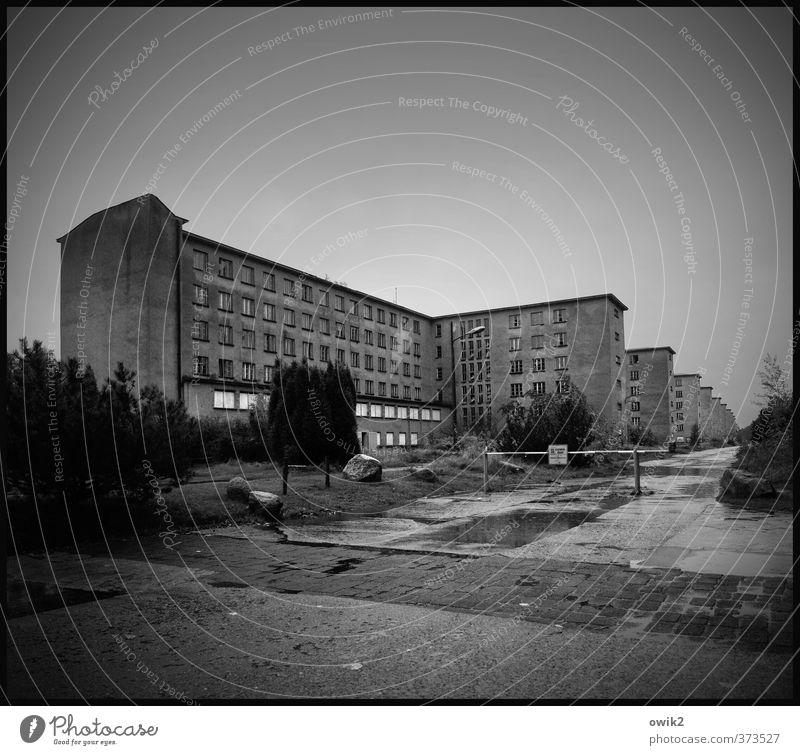 Gruselkabinett Himmel Horizont Regen Baum Sträucher Haus Bauwerk Gebäude Architektur Militärgebäude Sehenswürdigkeit Denkmal bedrohlich dunkel gigantisch groß