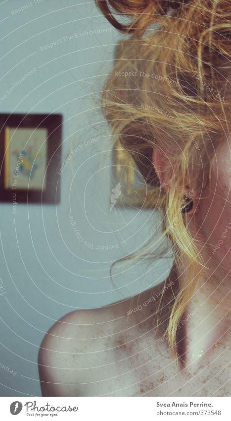 gold. feminin Junge Frau Jugendliche Kopf Haare & Frisuren Gesicht Rücken 1 Mensch 18-30 Jahre Erwachsene Bilderrahmen Spiegel blond rothaarig Locken Zopf