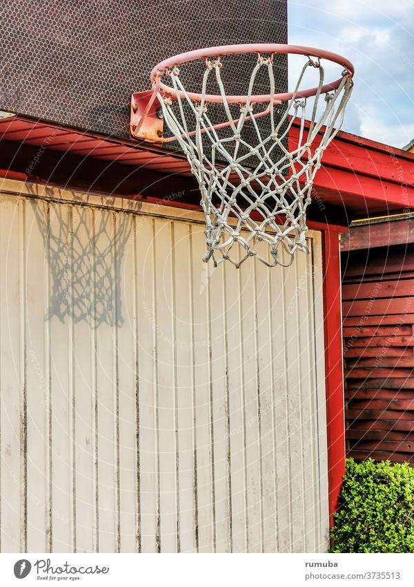 Basketballring mit Netz, Schatten, befestigt an einer Mauer Tag Menschenleer Außenaufnahme Farbfoto Stadt Basketballkorb Wand Schönes Wetter Freizeit & Hobby