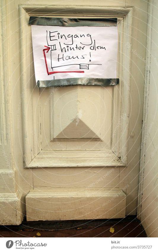 Umleitung l Eingang hinter dem Haus. Eingangstür Schilder & Markierungen Haustür Tür türen Hinweisschild hinweisen Schriftzeichen Warnschild Zeichen Pfeil