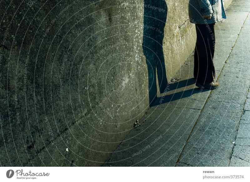 wandschatten Mensch feminin Junge Frau Jugendliche Erwachsene 1 Mauer Wand stehen bedrohlich dunkel gruselig kalt trist Stadt Einsamkeit Angst Mantel Schatten