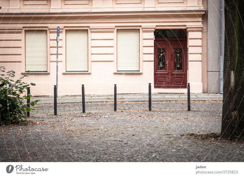 aufstellung. Fassade Fenster Tür geschlossen Rollladen Pfosten Menschenleer Außenaufnahme Wand Gebäude Tag Textfreiraum unten Stadt Busch Pflastersteine