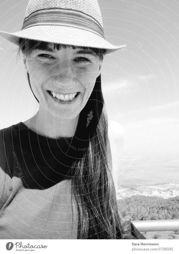Selfie mit Sonnenhut Sommer Urlaub lachen selfie Hut Wohlgefühl Ferien & Urlaub & Reisen Lächeln Frau