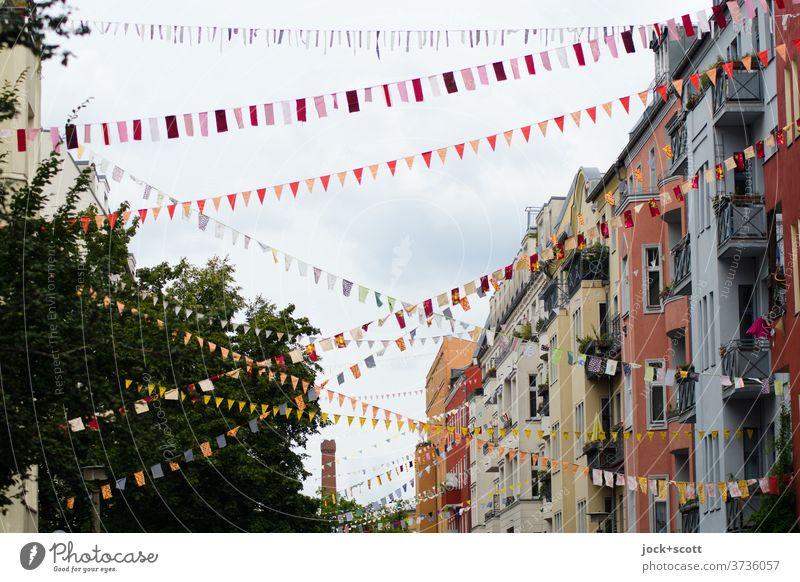Straße der bunten Wimpel und Fähnchen Straßenkunst Dekoration & Verzierung Fahne hängen hoch lang Solidarität Fröhlichkeit Kreativität Lebensfreude