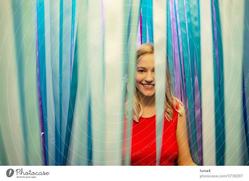 fröhliche junge Frau frau lachen junge frau entspannt glücklich Band Spaß single lächeln optimistisch Dekoration zuversicht vergnügen millennials erholen freude