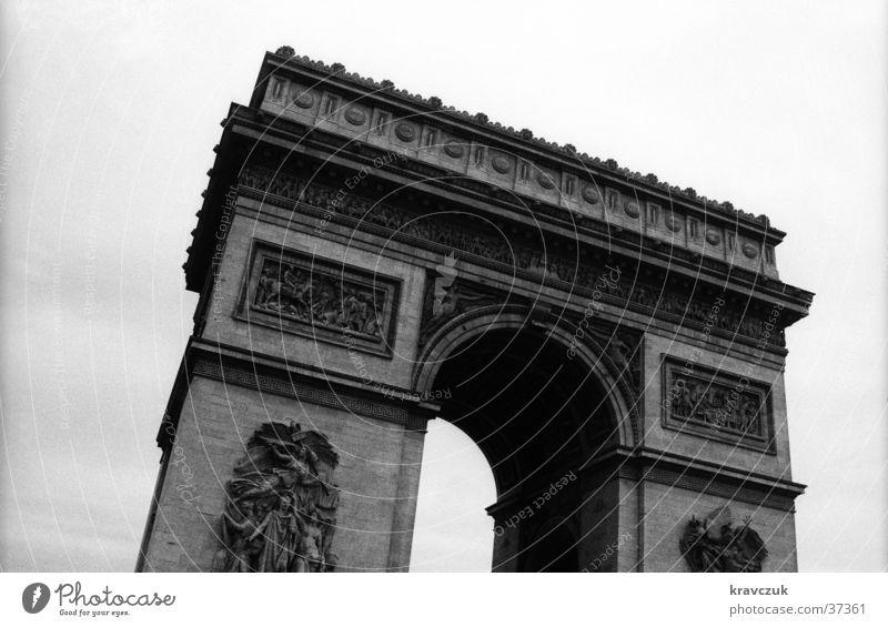 Triumphbogen Paris schlechtes Wetter Froschperspektive grau Architektur Arc de Triomphe Schwarzweißfoto Menschenleer Himmel Bogen Vergangenheit verrückt