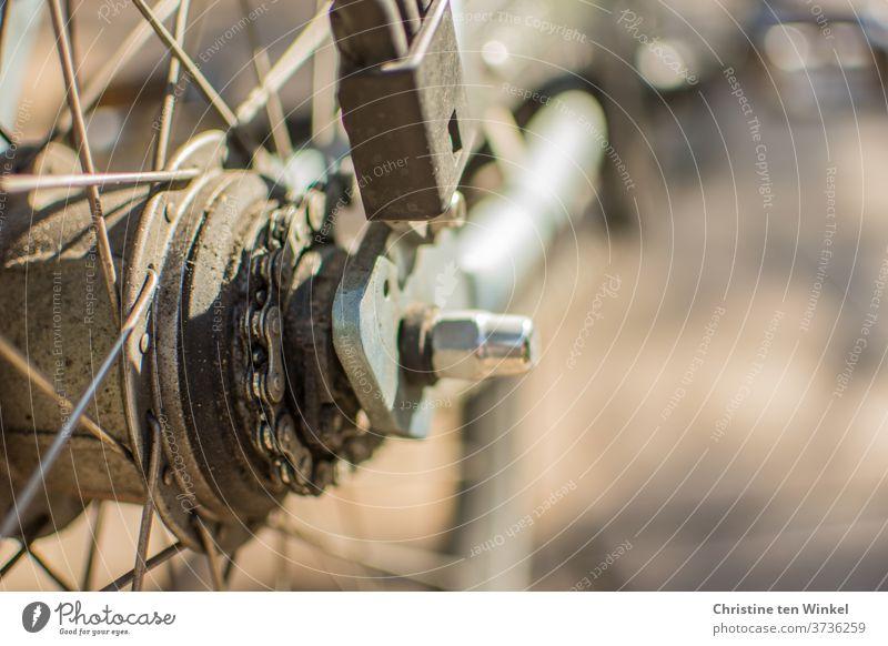 Fahrrad. Detailaufnahme. Licht. Schatten. Sonnenlicht Speichen Reifen glänzend Nahaufnahme Reflexion & Spiegelung Fahrradspeichen Fahrradnabe Kette Fahrradkette