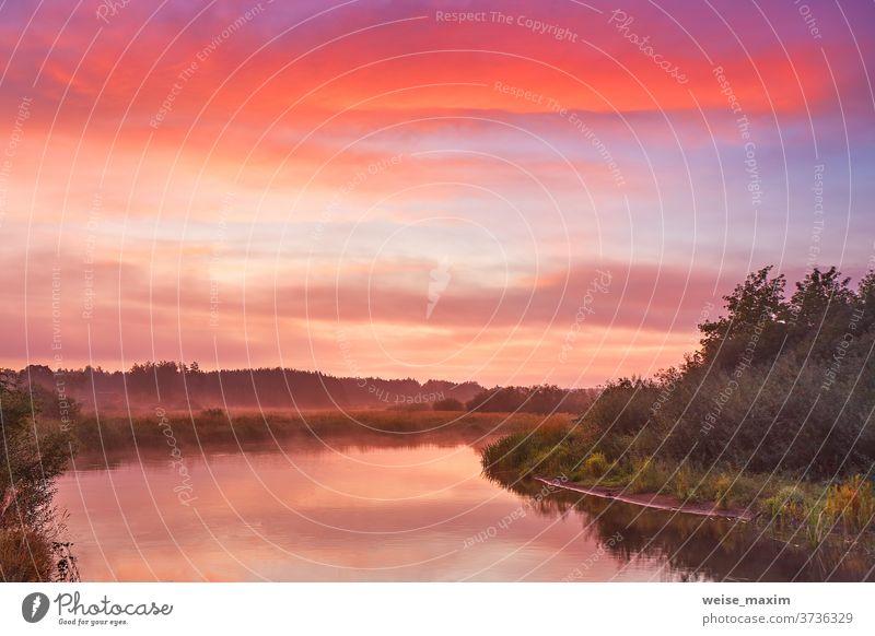 Nebel über dem See, bunte Morgendämmerung. Bewölkter Sonnenaufgang. Abenddämmerung, Herbstfarben. Fluss Reflexion & Spiegelung Himmel im Freien Natur Landschaft