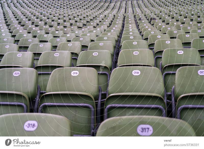 Sessel-Tribüne abwärts hoch empty plastiksitze plastic sehr viele schalensitze grünlich gute Sicht Perspektive beobachten Menschenleer Sitzreihe Einsamkeit Bank