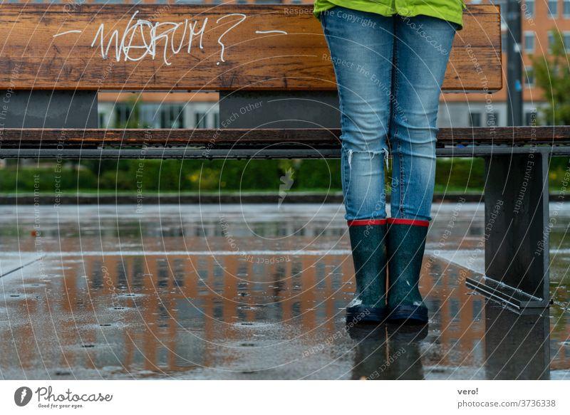 Schrift: Warum? Farbfoto Außenaufnahme authentisch Freiheit Tag Straße Kleinstadt Symbole & Metaphern einzigartig trashig rebellisch Meinungsfreiheit Parole