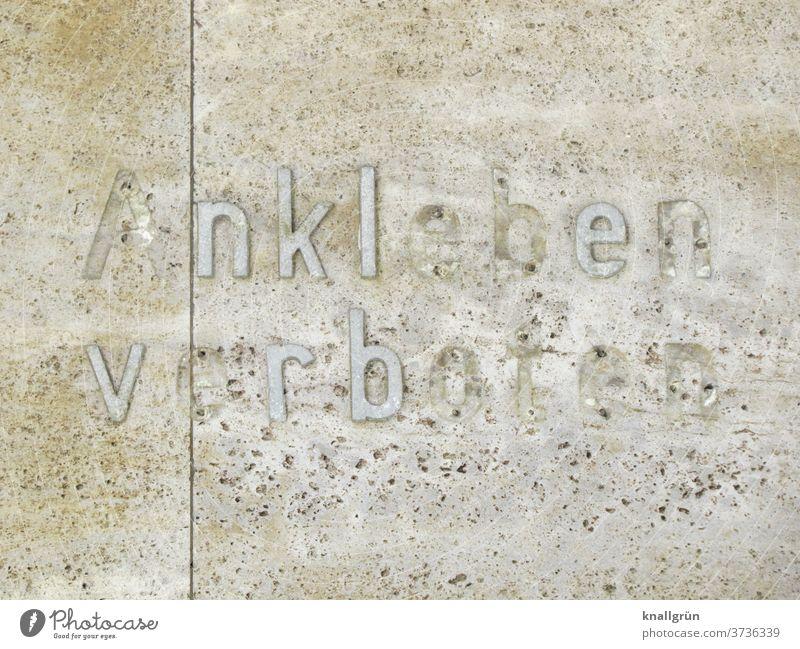 Ankleben verboten Verbote Buchstaben kaputt Wand Fassade Mauer Schriftzeichen Außenaufnahme Farbfoto Menschenleer Tag Gedeckte Farben alt Gebäude Verfall Wort