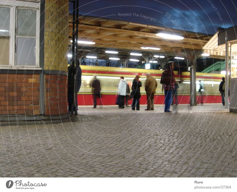 east-x Lampe dunkel Berlin Bahnhof warten Eisenbahn Technik & Technologie beobachten Backstein Kopfsteinpflaster Abenddämmerung Elektrisches Gerät Berufsverkehr