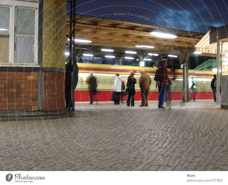 east-x Lampe dunkel Berlin Bahnhof warten Eisenbahn Technik & Technologie beobachten Backstein Kopfsteinpflaster Abenddämmerung Elektrisches Gerät Berufsverkehr S-Bahnhof