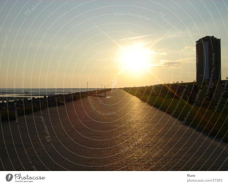 sunset Hochhaus Strandkorb Wattenmeer Deich Sommerabend