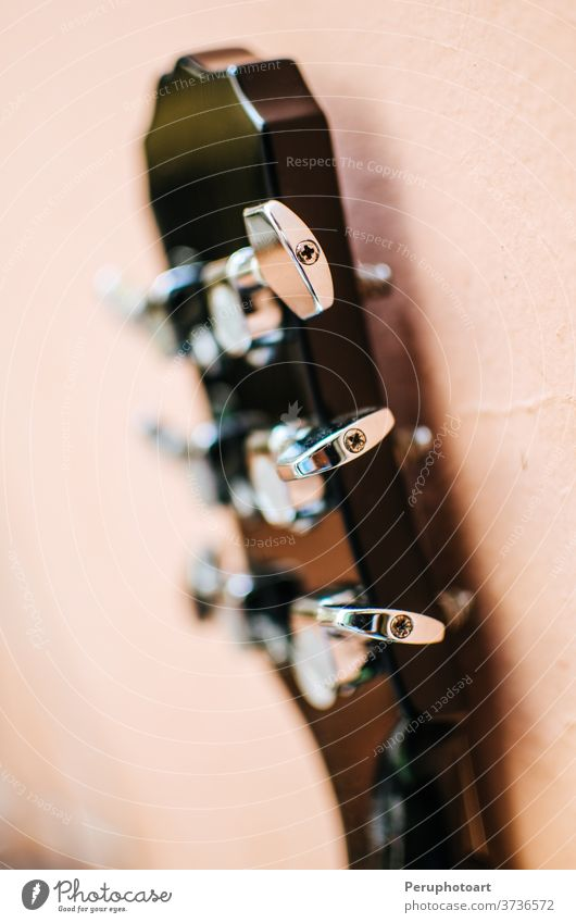 Wirbel einer elektrischen Gitarre Hintergrund Wirbelkasten akustisch Felsen Musik vereinzelt schwarz Nahaufnahme Atelier Metall Holz Instrument Klang Musiker