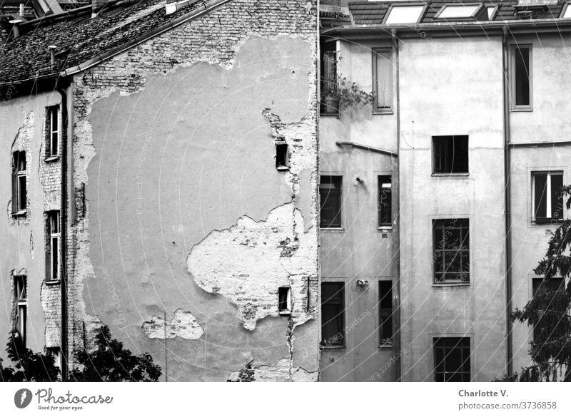 Der Putz ist ab Gebäude Gebäudeesemble Haus Architektur Wand Fenster Mauer Stadt Tag Menschenleer Außenaufnahme Fassade Bauwerk trist alt Vergänglichkeit