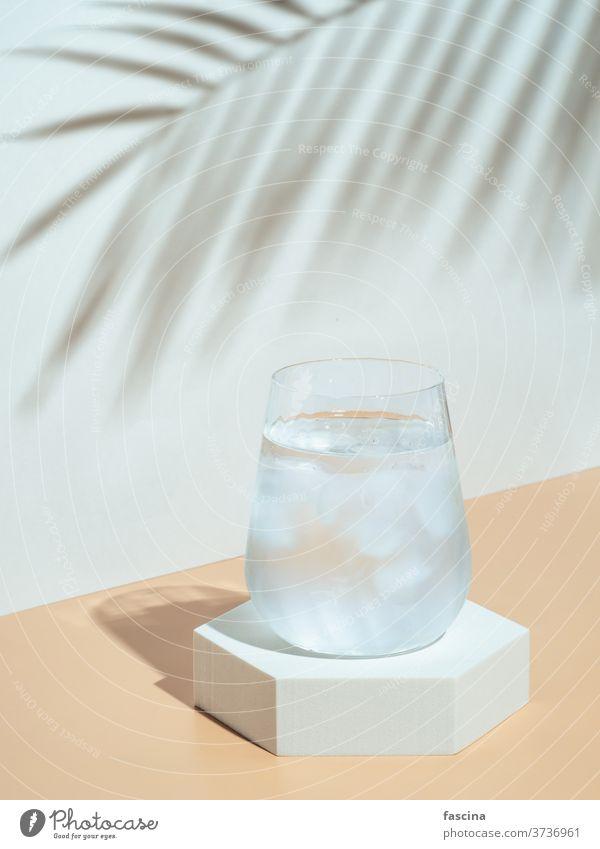 Modernes Stilleben mit Kaltwasserglas Wasser Getränke-Mockup stylisch Stillleben Eis Minimalismus Attrappe Sockel tropisch Glas Gaukler Sechseck trinken trendy