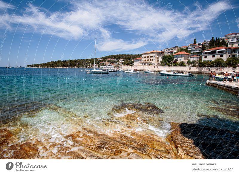 Hvar Kroatien Meer Außenaufnahme Farbfoto blau Bucht Küste Felsen Sommer Wasser Landschaft Transport Himmel Blau Meereslandschaft Haus Hafen Steine im Wasser