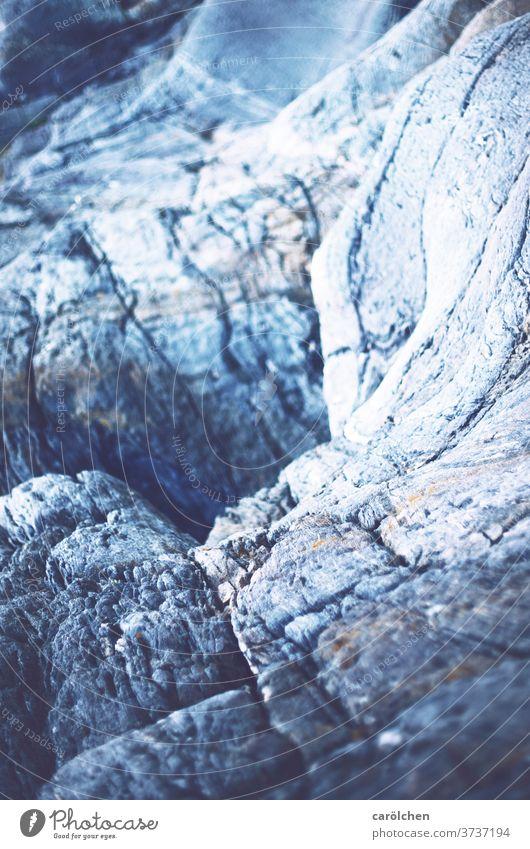 Kalter Fels Felsen Loch blau kalt Unschärfe im Hintergrund Strukturen & Formen Menschenleer Stein hart karg rissig grau
