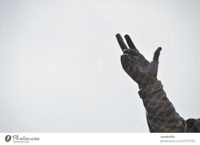 Hand einer Statue zeigt in den Himmel | dynamisch zeigen Fingerzeig Hinweis hoch oben aufwärts deuten Handzeichen Figur drei Finger Freifläche Arm Teil