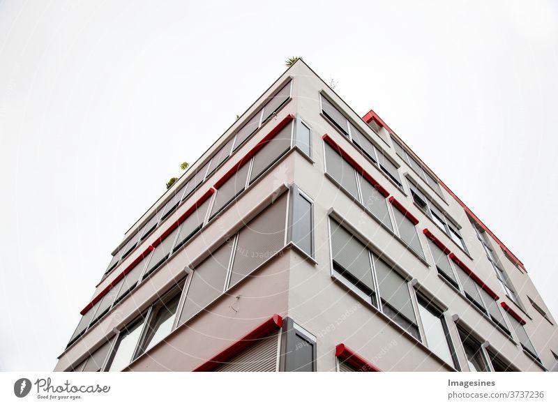 Fassade von Stadtwohnungen mit Dachterrasse. Eck-Wohnkomplex. Moderne Architektur, Wohngebäude Wohnung Eigentumswohnung Gebäude Himmel Deutschland Farbbild
