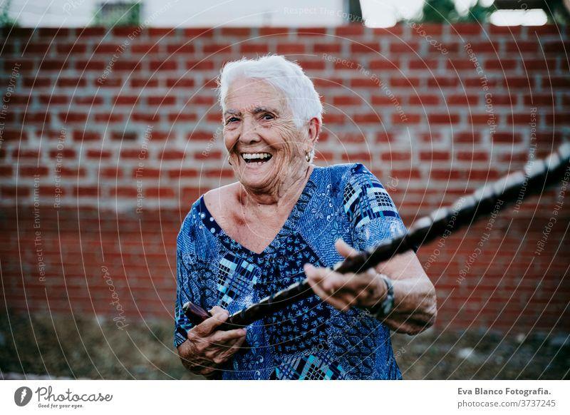 glückliche alte Dame, die im Freien lächelt und Spaß hat Glück Lachen Lächeln Freude Frau Porträt älter heimwärts weiße Haare graue Haare mental Großmutter