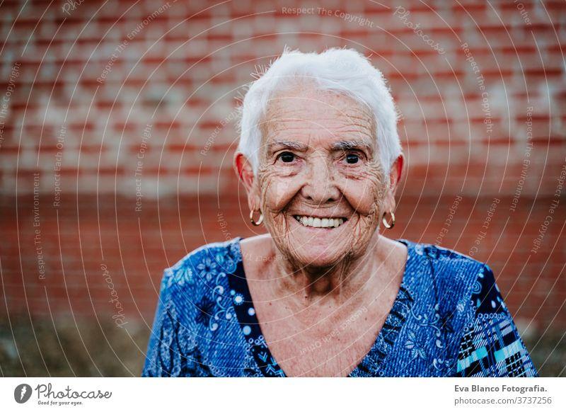 Porträt einer alten Dame in den 80er Jahren, die im Freien lächelt Glück Lächeln Lachen Freude Frau älter heimwärts garrotte weiße Haare graue Haare mental