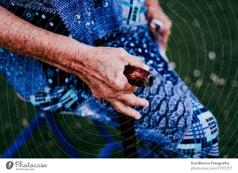 Nahaufnahme der Hände einer alten Dame, die im Freien einen Stock hält abschließen Hand kleben Frau Porträt älter heimwärts garrotte weiße Haare graue Haare