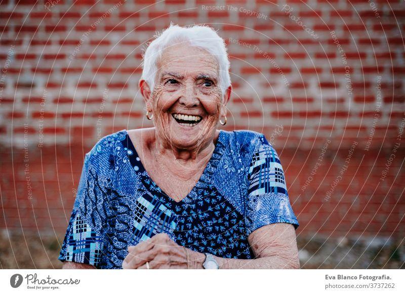 Porträt einer alten Dame in den 80ern, die fröhlich lacht Glück Lachen Lächeln Freude Frau älter heimwärts weiße Haare graue Haare mental Großmutter