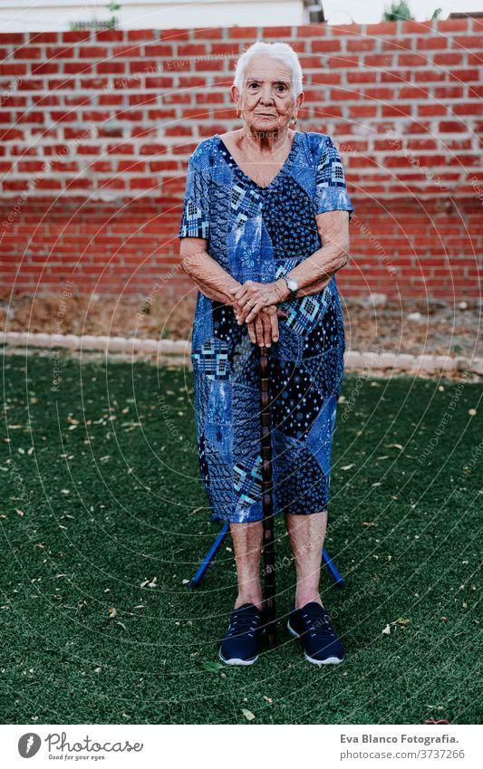 Porträt einer alten Dame in den 80er Jahren, die sich im Freien entspannt Frau älter heimwärts garrotte weiße Haare graue Haare mental Einsamkeit nachdenklich