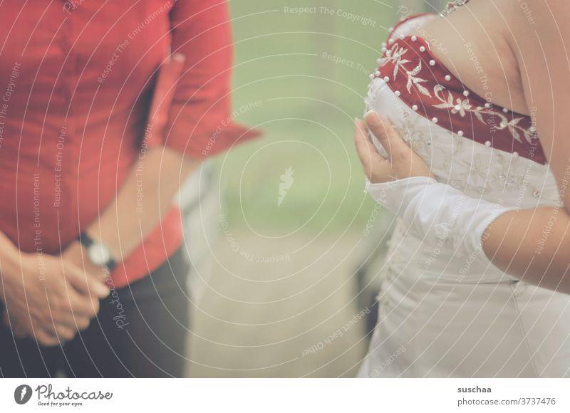 eine braut im hochzeitskleid fasst sich an die brust Braut Hochzeit Heirat Feier Hochzeitsfeier Hochzeitskleid Ehe Ehefrau Brautkleid Frau feminin feierlich