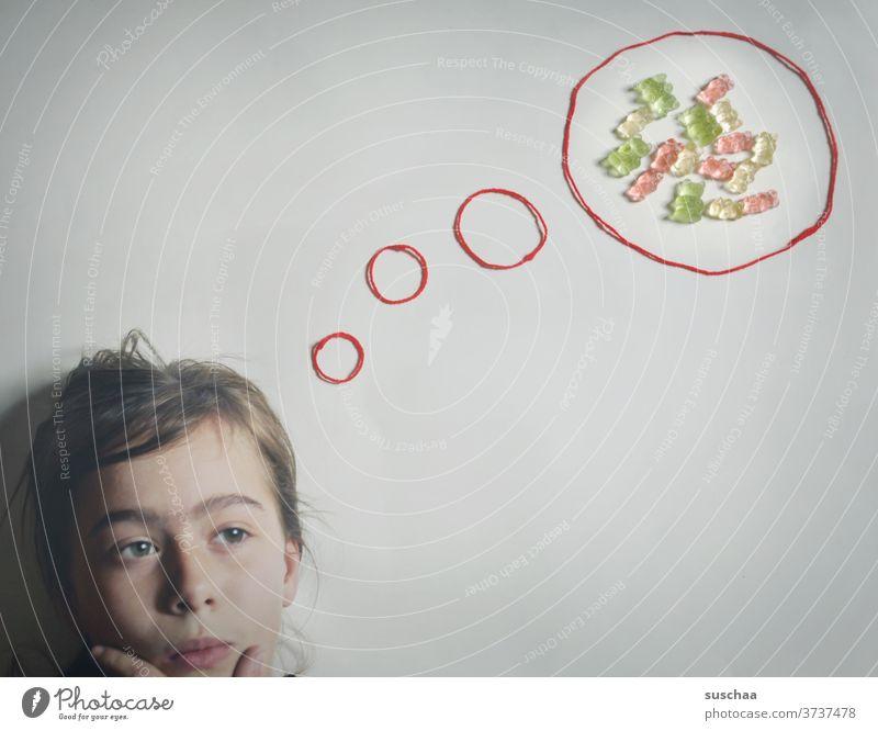 kind denkt an süßigkeiten .. veranschaulicht durch eine denkblase mit gummibärchen darin Kind denken Kopf Denkblase Süßigkeiten Gummibärchen Süßwaren Ernährung